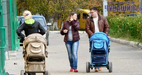 мама папа ребенок в коляске молодые родители