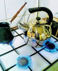 горит газ чайник на плите