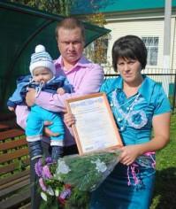 Лесник Сергей Владимирович и продавец Алевтина Анатольевна Яковлевы получили сертификат на материнский капитал.