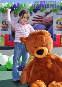 Самому юному участнику эстафеты-2012 всего пять лет. За свою любовь к спорту Наташа Андреева получила плюшевого мишку.