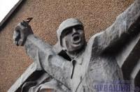 В Чебоксарах вандалы изуродовали барельеф «Конница Чапаева» на стене музея комдива, расположенного в сквере его имени. <br> Фото О. МАЛЬЦЕВА