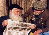 ветераны пенсионеры старики читают газету
