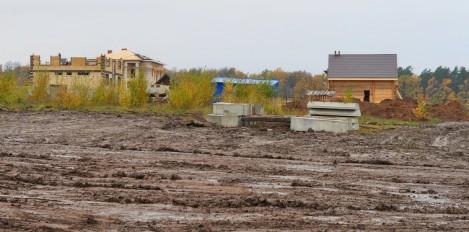 Жильцы новых домов на улице Заовражной никак не могут провести ни воду, ни газ, ни свет.