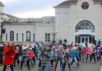 Ученики шумерлинской школы № 3 провели спортивно-танцевальный флеш-моб на площади перед железнодорожным вокзалом.