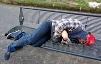 пьяный на скамейке лавочке