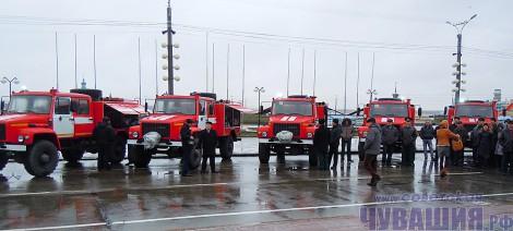 Шесть новеньких пожарных машин, предназначенных для лесничеств республики. <br> Фото Л. ДАНИЛОВОЙ
