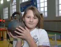 Катя Козлова в рывке 16-килограммовой гири попеременно правой и левой рукой установила рекорд Чувашии, набрав 254 зачетных очка.