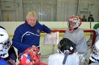 Легендарный спортсмен, ныне тренер вратарей хоккейной сборной России Владимир Мышкин провел мастер-класс на крытом столичном ледовом катке «Новое поколение».