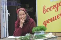 бабушка на рынке торгует