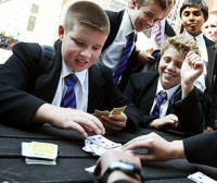 дети играют в карты