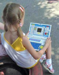 __girl-with-computer-7998-01