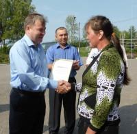 В Красночетайском районе Николай Малов вручил многодетной семье сертификат на покупку кирпича для нового дома.