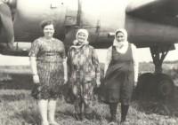 Анна Петровна Сарскова (в центре) у легендарного самолета.