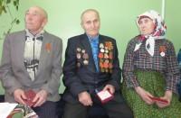 Юбилейные медали получили инвалид Великой Отечественной войны Аркадий Владимиров (в центре) и труженики тыла – Иван Федоров и Анастасия Владимирова.