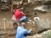 Заниматься раскопками - дело кропотливое, но интересное. Фото этномузея ЧГПУ