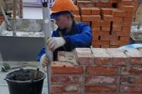 Для выполнения конкурсных заданий каменщики использовали более 500 кирпичей.Фото cap.ru