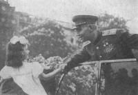 Девочка-пражанка вручает маршалу Ивану Коневу сирень. Май 1945 г.