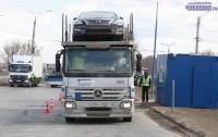 Днем-то грузовики взвешивают как положено.Фото Никиты ПАВЛОВА