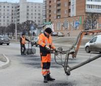 По отремонтированному участку дороги сразу могут проехать машины.