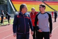 Александр Меньков (справа) пообещал Виталию Мутко приехать в Чебоксары. Фото rusathletics.com