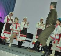Вместе с дедом и внуком на сцену вышла группа поддержки.Фото Олега МАЛЬЦЕВА