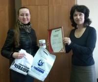 Анастасия Самсонова (слева), как и другие победители нынешнего Тотального диктанта, получила сертификат отличника и подарки от организаторов.