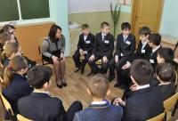 Наталия Самарина из Вурнар беседует с учениками на тему «Кто мне друг, а кто враг». Фото Юрия СТОЛЯРОВА