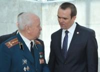 Глава республики беседует с ветераном космодрома «Байконур» Евгением Южалиным. Фото www.cap.ru
