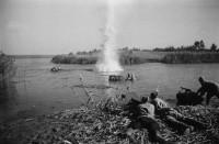 1943 год. Советские воины с боем переправляются через Днепр на подручных средствах. Переправу прикрывает пулеметный расчет.