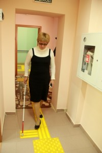 Дорожки из тактильной плитки помогают слепым и слабовидящим людям уверенно ориентироваться в пространстве.Фото cap.ru