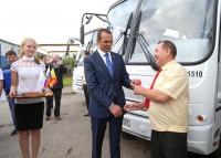 Ключи от нового автобуса – это ли не радость и водителям, и будущим пассажирам.  Фото Никиты ПАВЛОВА