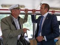 Во время поездки в троллейбусе обсуждались не только транспортные проблемы. Один из пассажиров рассказал Михаилу Игнатьеву, что выращивает на своем огороде овощи, которые потом отправит жителям Донбасса.
