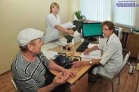 Компьютер помогает обслуживать пациентов быстро, но беседы с врачом он не заменит. Фото Олега МАЛЬЦЕВА
