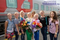 Полину Федорову вышли встречать ее подруги по спортшколе. Фото Максима ВАСИЛЬЕВА