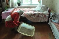 Чтобы помыться в этом корыте, бабушке Вале нужно принести ведро воды. Фото Олега МАЛЬЦЕВА