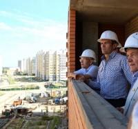 Пять лет назад Михаил Игнатьев в основном встречался с обманутыми дольщиками. Сегодня его все чаще приглашают на вручение ключей от новых квартир.Фото из архива редакции