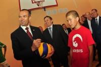 В обновленном спортзале Солдыбаевской школы будут и новые мячи.Фото Олега МАЛЬЦЕВА