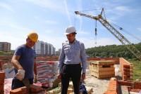 Михаил Игнатьев часто бывает на стройплощадках.Фото Никиты ПАВЛОВА