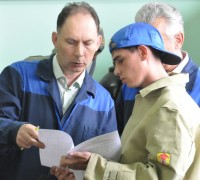 Азам профессии научит мастер.Фото Олега МАЛЬЦЕВА из архива редакции