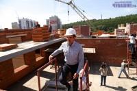 Михаил Игнатьев оценил работу строителей.Фото Никиты ПАВЛОВА