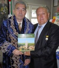Казахский национальный халат теперь будет согревать чувашского писателя.