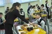 В одних школах на завтрак булочка с чаем, в других – каша с маслом.Фото Олега МАЛЬЦЕВА из архива редакции