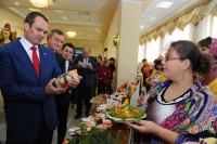 Михаил Игнатьев изучал продукцию фермерских хозяйств со знанием дела.Фото cap.ru