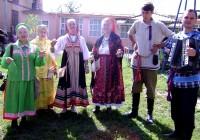 Старинные свадебные обряды от «Родных просторов» особенно нравятся публике.Фото Людмилы КОНДРАТЬЕВОЙ