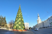 В этом году в Чебоксарах установили новую елку. Фото Олега МАЛЬЦЕВА