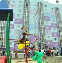 Молодые семьи с детьми продолжат справлять новоселья в следующем году.Фото Олега МАЛЬЦЕВА из архива редакции