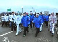 Для поклонников скандинавской ходьбы трехкилометровая прогулка с врачом – легкая разминка. Фото Олега МАЛЬЦЕВА