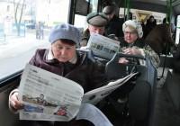 Многие из пассажиров по дороге углублялись в чтение – кто в колонку новостей, кто в рубрику «Спорт», а кому-то по сердцу пришлась культурно-образовательная тематика.Фото Олега МАЛЬЦЕВА