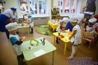 В этой комнате дети учатся готовить блинчики и заваривать душистый чай. Фото Максима ВАСИЛЬЕВА