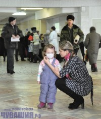 Через марлевую повязку вирус ребенка вряд ли достанет.